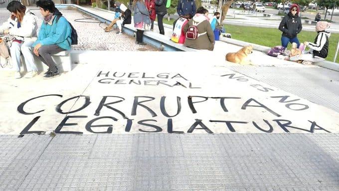 Democracia no, megaminería sí: cortes de ruta, tomas de municipios y movilizaciones en Chubut, repudiando la burla a la Iniciativa Popular